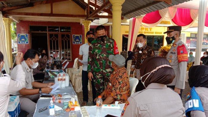 Pastikan sampai Ke Pedagang, Polres Gresik Kawal Penyaluran Dana Tunai ke PKL dan Warung