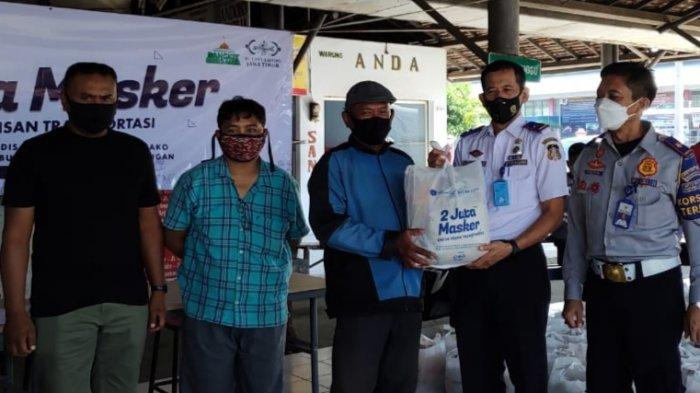 Terdampak Kebijakan Larang Mudik, Awak Bus dan Tukang Ojek di Terminal Patria Blitar Dapat Bantuan
