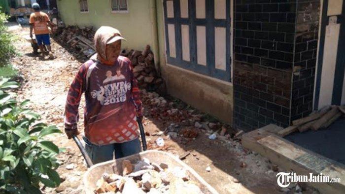 Tak Kunjung Dapat Bantuan, Warga Dampit Mandiri Bangun Rumahnya yang Rusak Kena Gempa Bumi