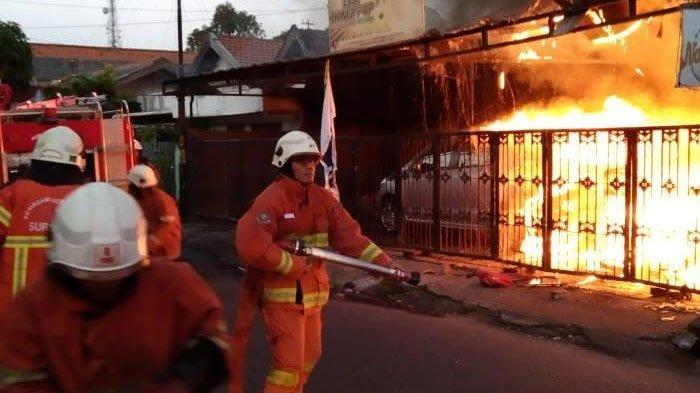 BREAKING NEWS: Rumah Cafe di Ketintang Baru Surabaya Dilalap Api, Satu Mobil Ikut Terbakar