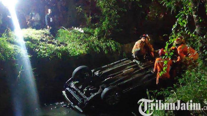 BREAKING NEWS: Detik-Detik Mobil Hitam Terbalik Di Sungai Jalan Jemursari Surabaya