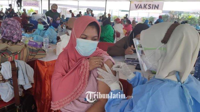 Belasan Ribu Warga Surabaya Antusias ikuti vaksin di GOR Pancasila
