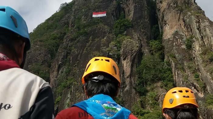 HUT RI ke-76, Para Pemanjat Jawa Timur Bentangkan Bendera Raksasa di Tebing Sepikul Trenggalek