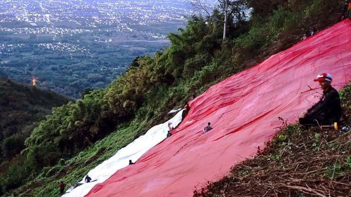 Suka Duka Bentangkan Bendera di Lereng Gunung Klotok Kediri, Bawa Beban Satu Kuintal hingga Kesasar