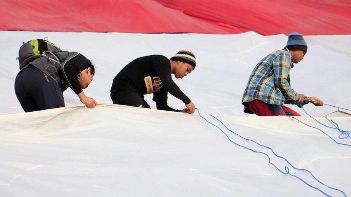 Bendera Merah Putih Raksasa Dikibarkan di Lereng Gunung Klotok