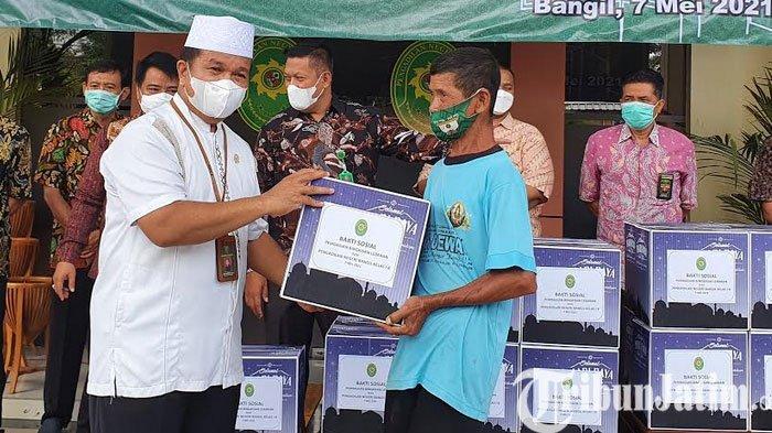 Hakim dan Pegawai PN Bangil Bagikan Bingkisan Paket Sembako
