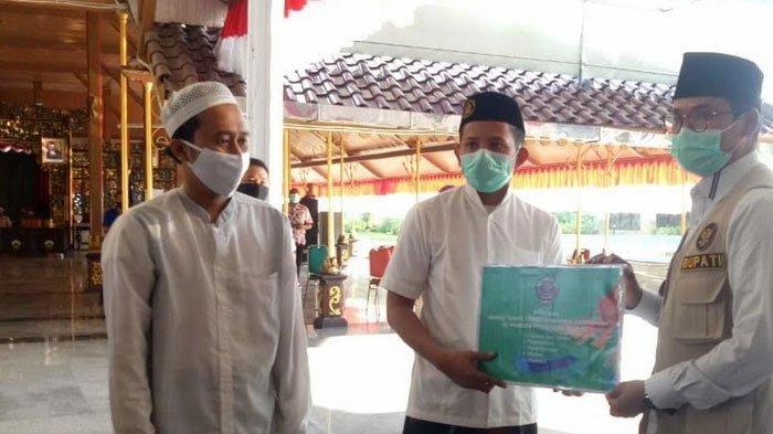 Bupati Bangkalan RK Abdul Latif Amin Imron Bantu 159 Ponpes Perlengkapan Protokol Kesehatan