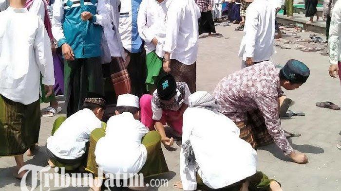 Makam Fuad Amin di Madura Dipadati Warga, Warga Berebut Sentuh Keranda, Keluarga Kalang Kabut