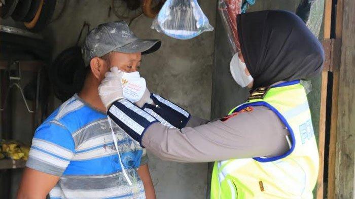 Sosialisasi Prokes, Srikandi Polda Jatim Bagikan Masker dan Sembako ke Warga Bangkalan