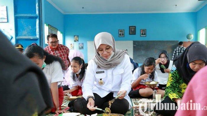 Nikamtnya Bupati Banyuwnagi Ipuk Sarapan Bareng Pelajar di Kaki Gunung Raung