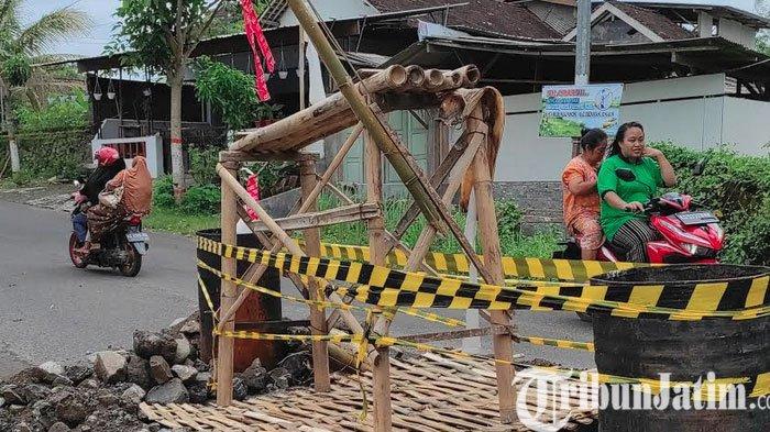 Jembatan Ngrebo Kota Blitar Jebol Bahayakan Pengendara