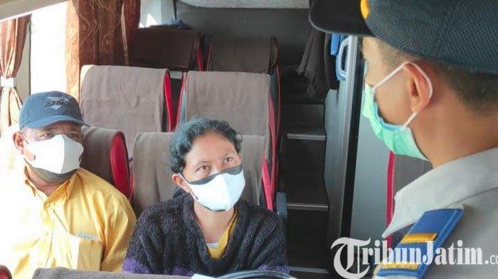 Petugas Berhentikan Penumpang Bus AKAP di Terminal Patria Kota Blitar