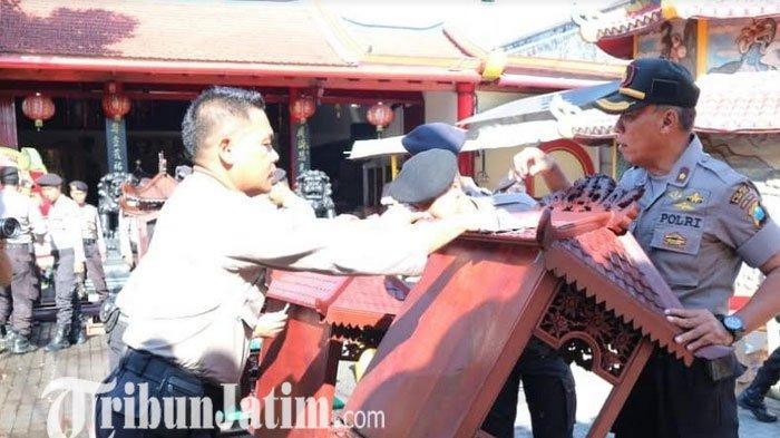 Jelang Imlek, Polisi Kerja Bakti Membersihkan Klenteng Poo An Kiong di Kota Blitar