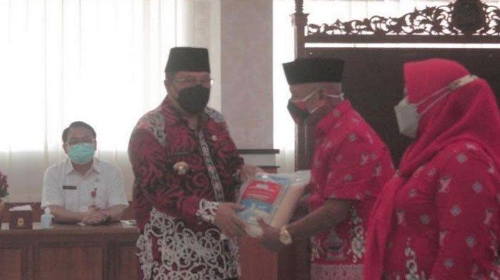 kut Aktif di PPKM Mikro, Pemkot Blitar Beri Bantuan Beras kepada Kader Posyandu