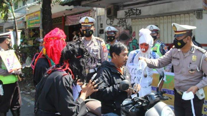 Polres Bondowoso  Edukasi Pengendara, Libatkan Pocong dan Jin Hitam