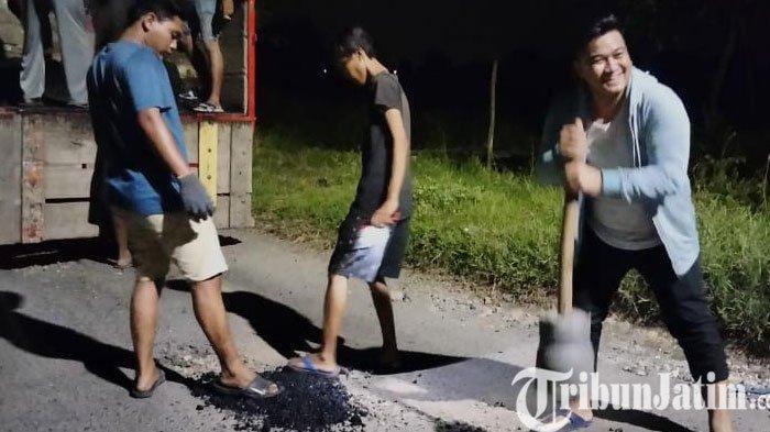 Anggota DPRD Bersama Pemuda Manyar Gresik Tambal Jalan Yang Rusak