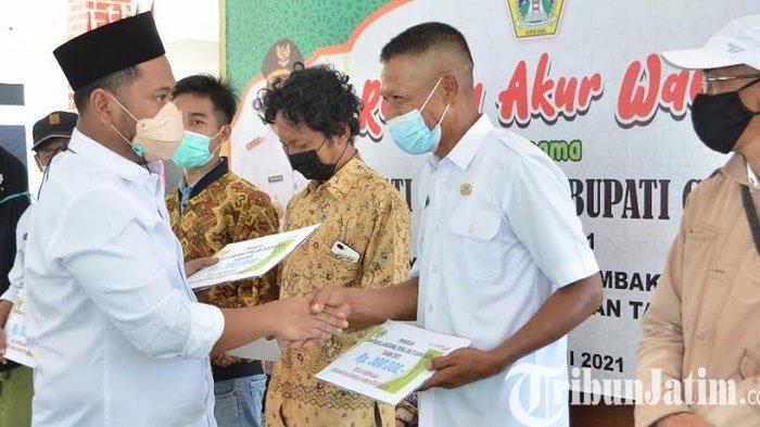 Kunker ke Pulau Bawean, Bupati Gresik Gus Yani Gelontor Bantuan Kepada Warga