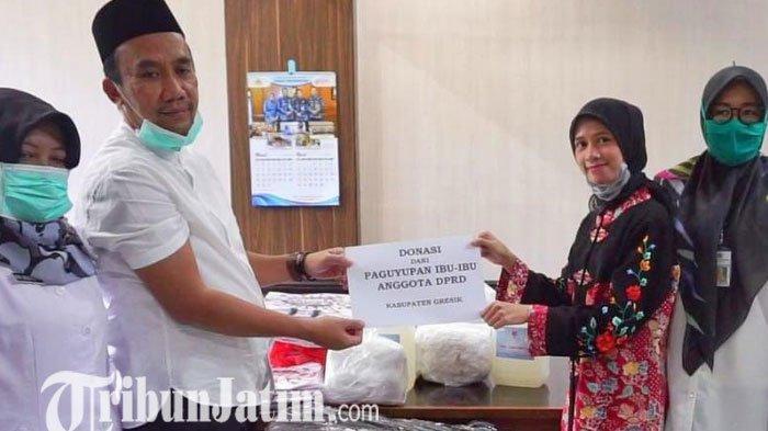 Persatuan Istri Anggota DPRD Gresik Bagikan Ratusan APD ke Tenaga Medis