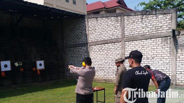 Kapolres Gresik Asah Kemampuan Menembak