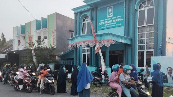 Peduli Masyarakat, Kader Perempuan PAN Gresik Bagi-bagi Takjil Ke Warga
