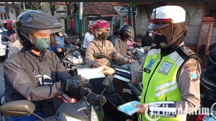Satlantas Polres Gresik Bagikan Ratusan masker ke Pengendara