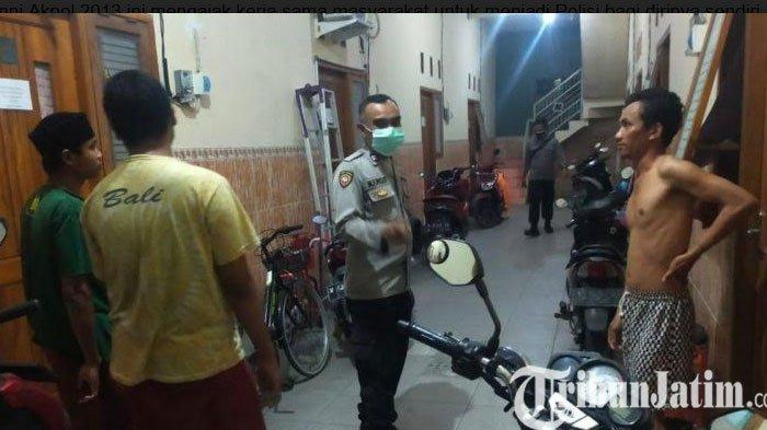 Anggota Polsek Manyar Gresik Ingatkan Penghuni Kos Kunci Ganda Sepeda Motor