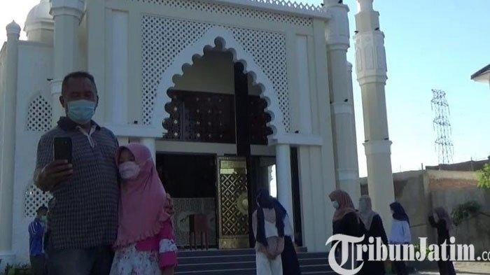 Warga Ramai-ramai Kunjungi Masjid Mirip Taj Mahal di Gresik