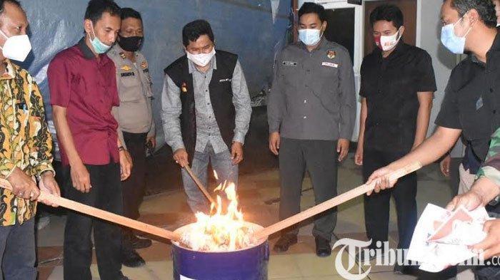 Ribuan Surat Suara Rusak di Gresik Dibakar