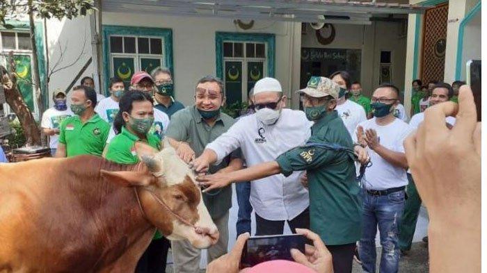Ketua DPD RI,  LaNyalla Serahkan dan Saksikan Pemotongan Hewan Kurban di DPP PBB Jakarta