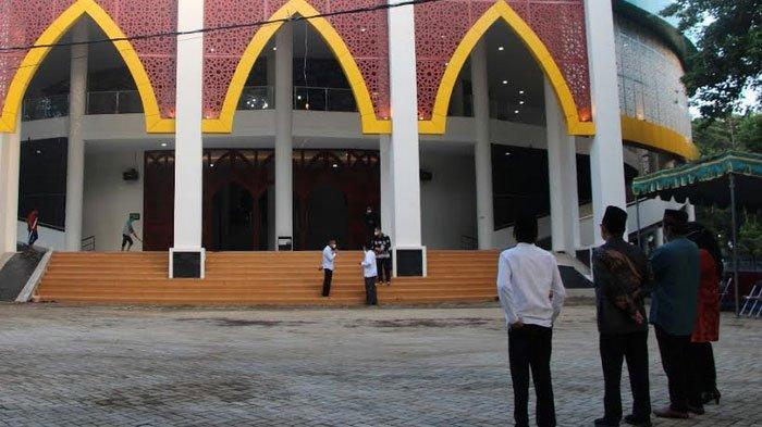 Rektor  Universitas Jember Iwan Taruna  Resmikan Masjid Al Hikmah Unej