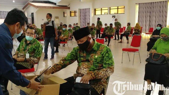Pejabat Pemkab Jember Saweran untuk Korban Banjir Sebelum Rapat