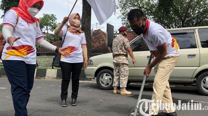 Fraksi dan Pengurus Partai Gerindra Jember Tambal Jalan Berlubang