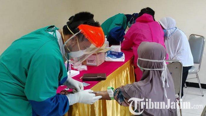Petugas Lakukan Rapid Test ke Pedagang di Jember