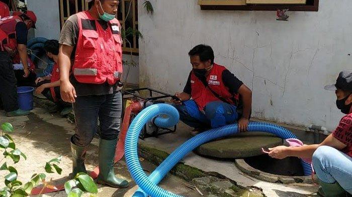 Tim Wash PMI Jember Bersihkan Sumur Terdampak Banjir Sungai Bedadung