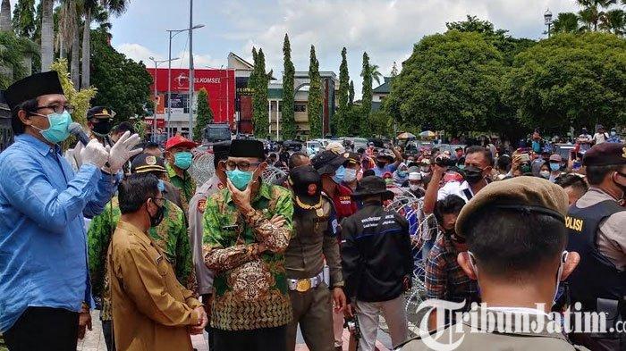 Ratusan Orang Berdemo, Bela Wabup Jember Kiai Muqit yang Diduga Diperkusi