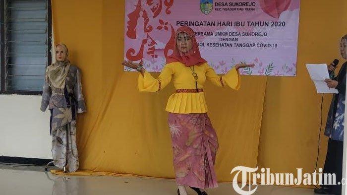 Puluhan Ibu - Ibu di Ngasem Kediri Peringati Hari Ibu dengan Gelar Acara Fashion Show Batik