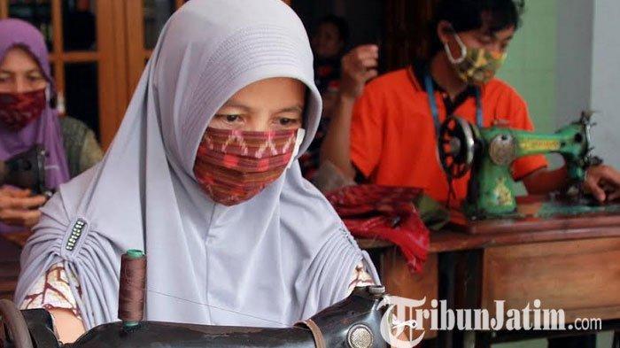 Aktivitas industri kain tenun ikat di Kelurahan Bandarkidul, Kota Kediri kembali menggeliat di masa Pandemi Covid 19.