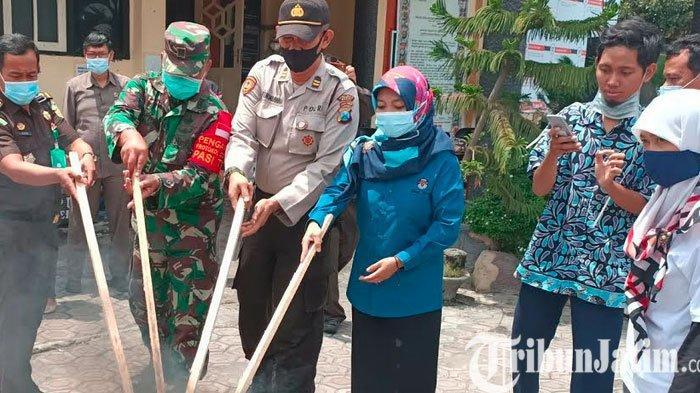 Ribuan Surat Suara Rusak Dibakar di Depan Gedung KPU Kabupaten Kediri