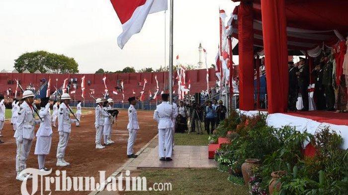 Upacara Penurunan Bendera di Stadion Brawijaya Kota Kediri Berlangsung Khidmat