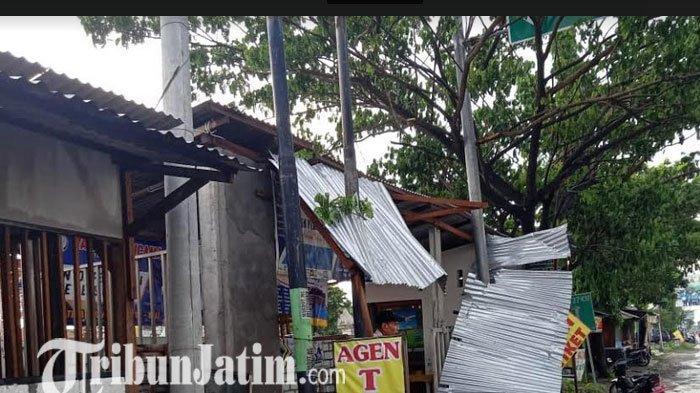 BREAKING NEWS: Hujan Disertai Angin Kencang di Lamongan Robohkan 5 Kios dan Pohon Tumbang