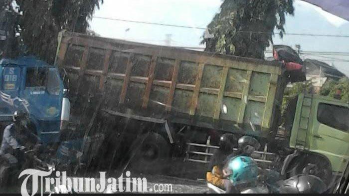 Truk Traktor di Lamongan Cium Pantat Dump yang Sedang Parkir