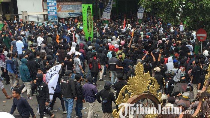Demo Tolak Omnibus Law di DPRD Lumajang Ricuh, Massa Minta Klarifikasi Polisi