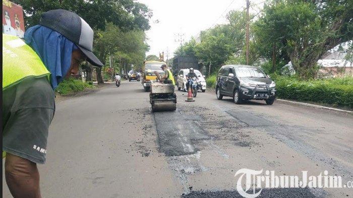 Jalan di Lumajang Banyak Jalan Yang Rusak Ditambal Sulam