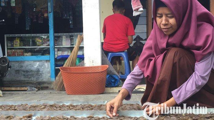 Olah Kulit Pisang Jadi Kerupuk, Wanita di Lumajang ini Kewalahan Layani Orderan Anak Jokowi