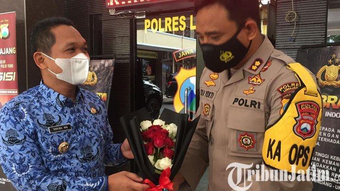 Panen Tangkapan, Kapolres Lumajang Dihadiahi Bunga Mawar Bupati Thoriq