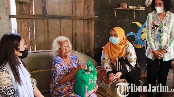 DWP Imigrasi Madiun Bagikan paket Sembako dan Mukena kepada Lansia