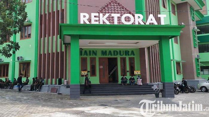BREAKING NEWS - Ratusan Mahasiswa IAIN Madura Kepung Kantor Rektor