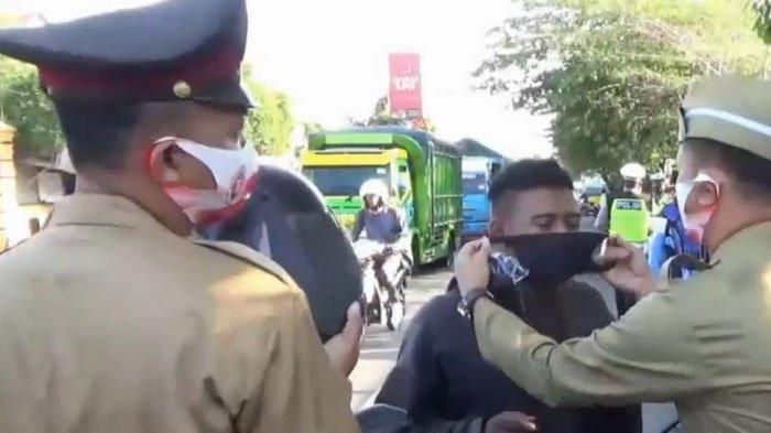 Polantas Berkustum Pejuang Kemerdekaan Bagi bagi Masker di Jalan Protokol Magetan