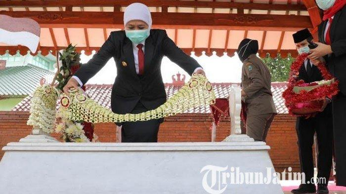 Khofifah Ziarah ke Makam Gubernur Pertama Jatim, Ini Harapannya
