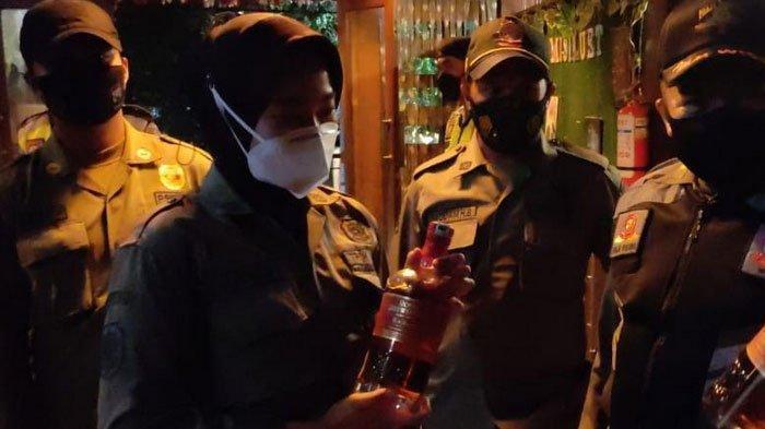 Petugas Gabungan di Kota Malang Razia Kafe, Sita Puluhan Botol Minuman Beralkohol